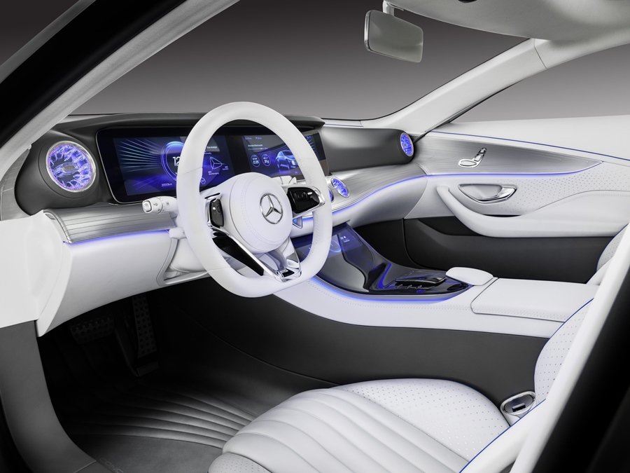 Concept IAA車室設計結合了當代的奢華風尚和跑車的運動風格,色調採取煙灰色和白色對比,精緻的材質,交錯運用鋁合金材質與切割玻璃的點綴。 圖/Mercedes Benz提供