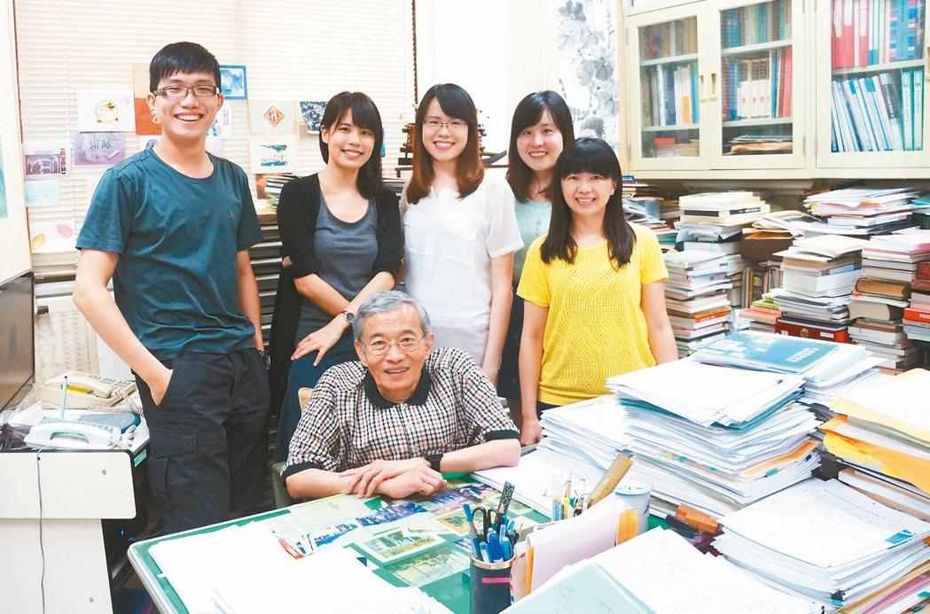 身高142公分、教學45年的台大名譽教授鄧哲明勉醫學系學生,當良醫比名醫更重要。...