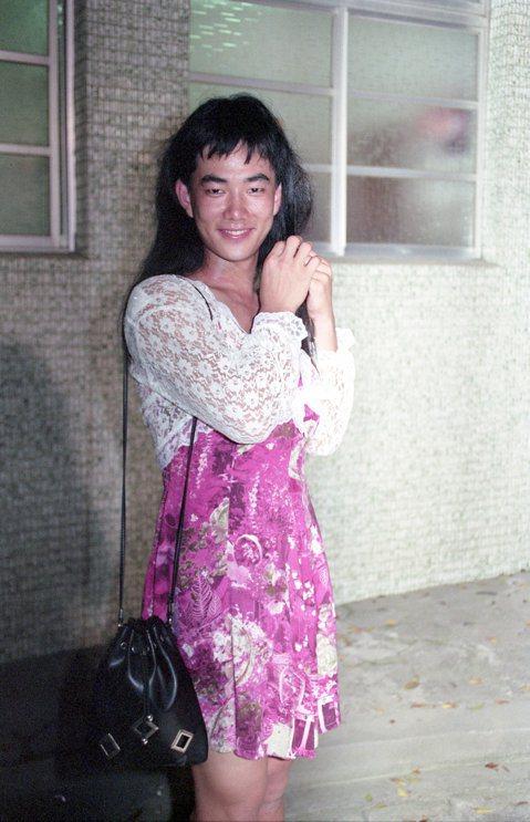 任賢齊早期曾在綜藝節目《女丑劇場》中演出短劇,而且是男扮女裝反串演出,這感覺大家看了有沒有不蘇胡的感覺!