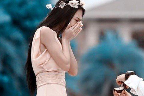 「中國婚禮工作室」日前在微博流出女星王思佳在大陸三亞海灘被男友Joe求婚的浪漫照片,雖然「中國婚禮工作室」已將該則內容刪除,不過王思佳本人於今日透過臉書認了婚事,也大方公開那些曾被刪除的求婚照,表示...