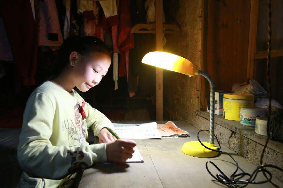 上海司麥公益送給偏鄉學童的戶眼檯燈,讓山區學童終於可在明亮的檯燈下學習。上海司麥...