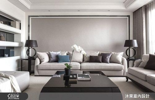 客廳的以反向方式配置,讓空間四平八穩與穿透電視牆串聯,放大空間感。淡化沙發背牆,...
