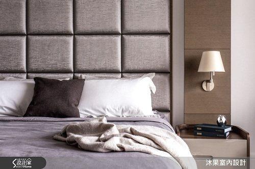 主臥床頭以大地色元素為空間語彙,營造淡雅放鬆的氛圍。 圖片提供_沐果室內設計