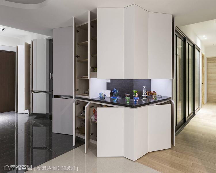 ▲善用從大門進來的整面隔間牆,我們結合白色基底打造大型收納櫃,櫃體本身就有白牆的...