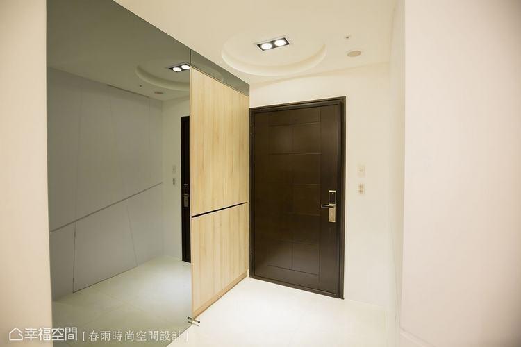 ▲玄關如果空間不大,不妨適度使用鏡面材來延展視覺景深。