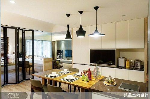 為了讓家人間的互動更加頻繁,設計師以開放式設計,串聯客、餐廳、廚房和多功能室,讓...