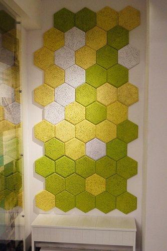 使用六角吸音磚在玄關牆面做妝點,自製專屬端景,輕鬆佈置舒適空間。 圖片提供_華奕...