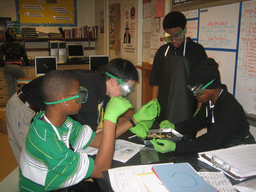Kevin在上生物課時帶著學生一起解剖青蛙。圖/Kevin Fang提供
