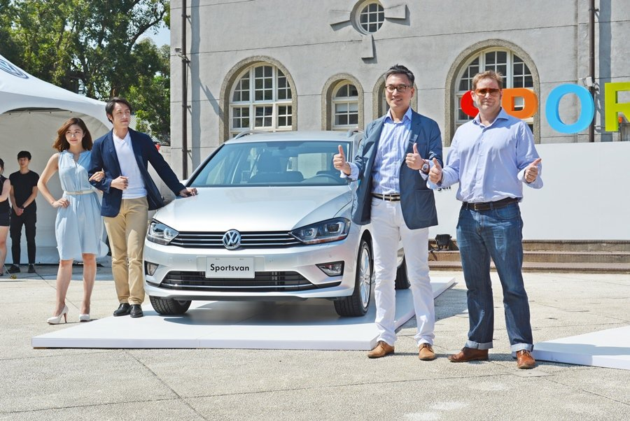 台灣福斯汽車行銷總監陳百鈞(右2)表示,今年上半年VW在台銷售仍有5%以上的成長。新上市的Sportsvan是福斯引進台灣的第3款MPV多功能休旅車,主要鎖定小家庭的買家,目前先引進5人座,未來也會進7人座。 記者趙惠群/攝影