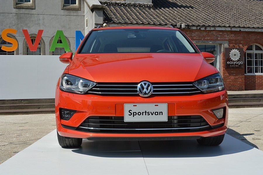 Sportsvan有串連車頭燈的水平鍍鉻三橫柵水箱護罩,還有加大面積的氣壩,深具...