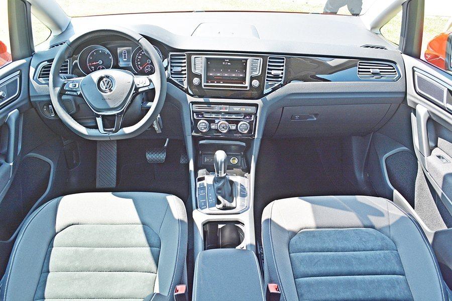 內裝也維持德系車一貫的簡約內斂的風格,但用料和組裝頂級與細膩。  記者趙惠群/...