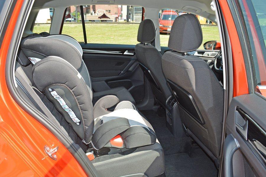 Sportsvan軸距為2,685mm,前後座的膝部空間和肩部空間都比較寬敞。 記者趙惠群/攝影