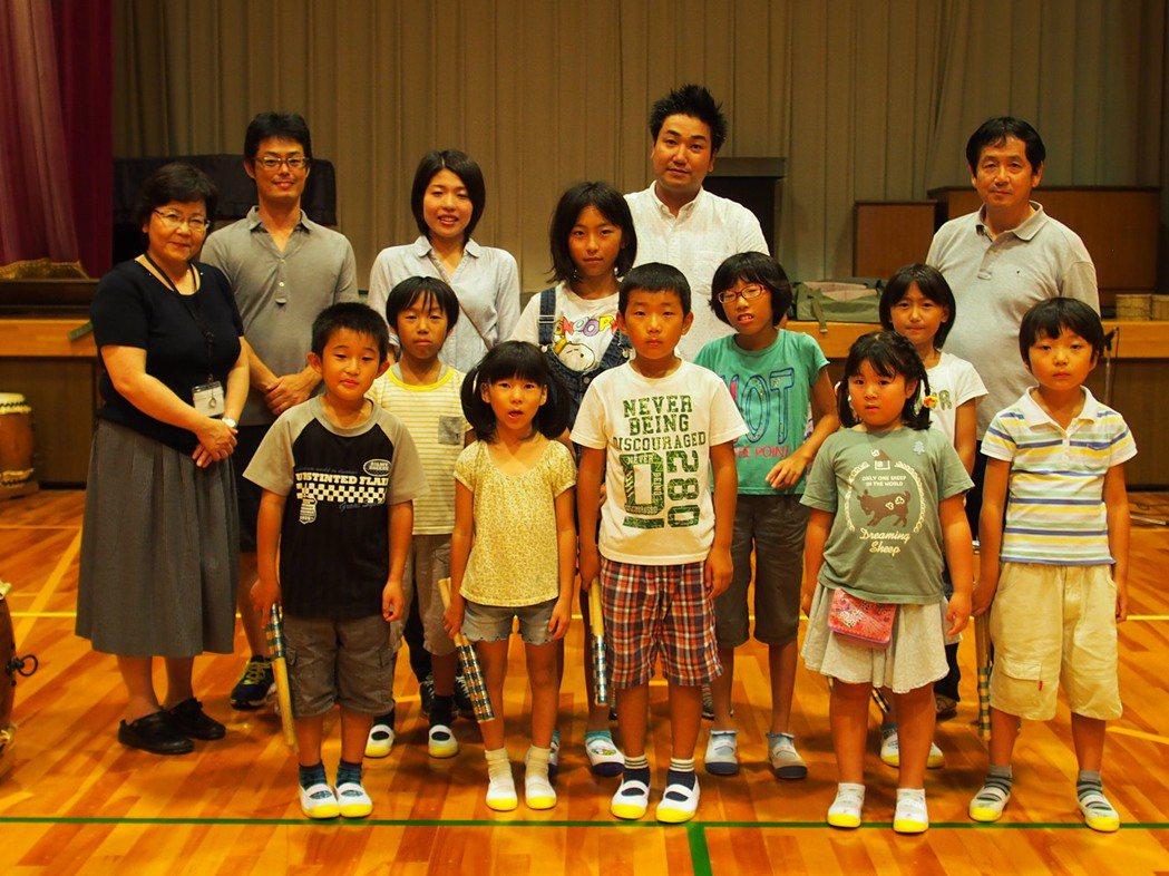 沖島小學全校學生僅十一人,有七人來自島外。校長森本真左子(左一)認為,市民努力想...