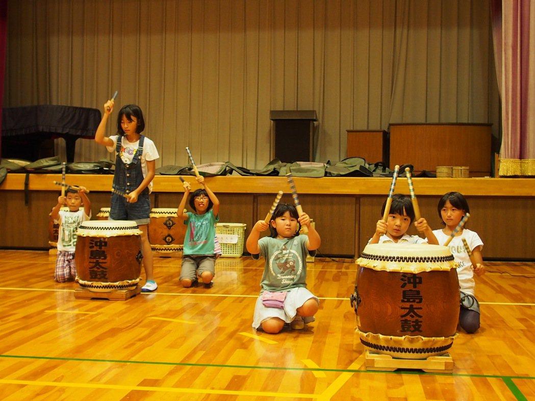 沖島小學從小一到小六,必修課就是學習傳統音樂—沖島大鼓。林秀姿/攝影
