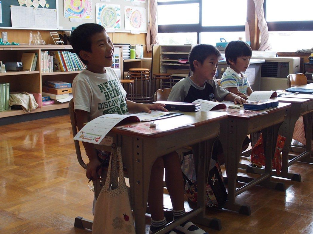 沖島小學被日本媒體稱為「充滿笑顏的學校」,校園裡到處都聽得見師生的笑聲。林秀姿/...
