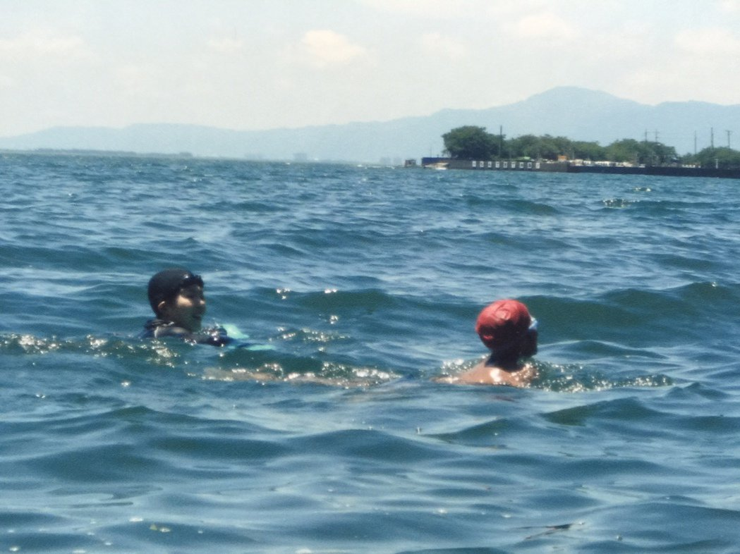 沖島小學的孩子從一年級到六年級的共同必修課是「勇渡琵琶湖」。圖/沖島小學提供