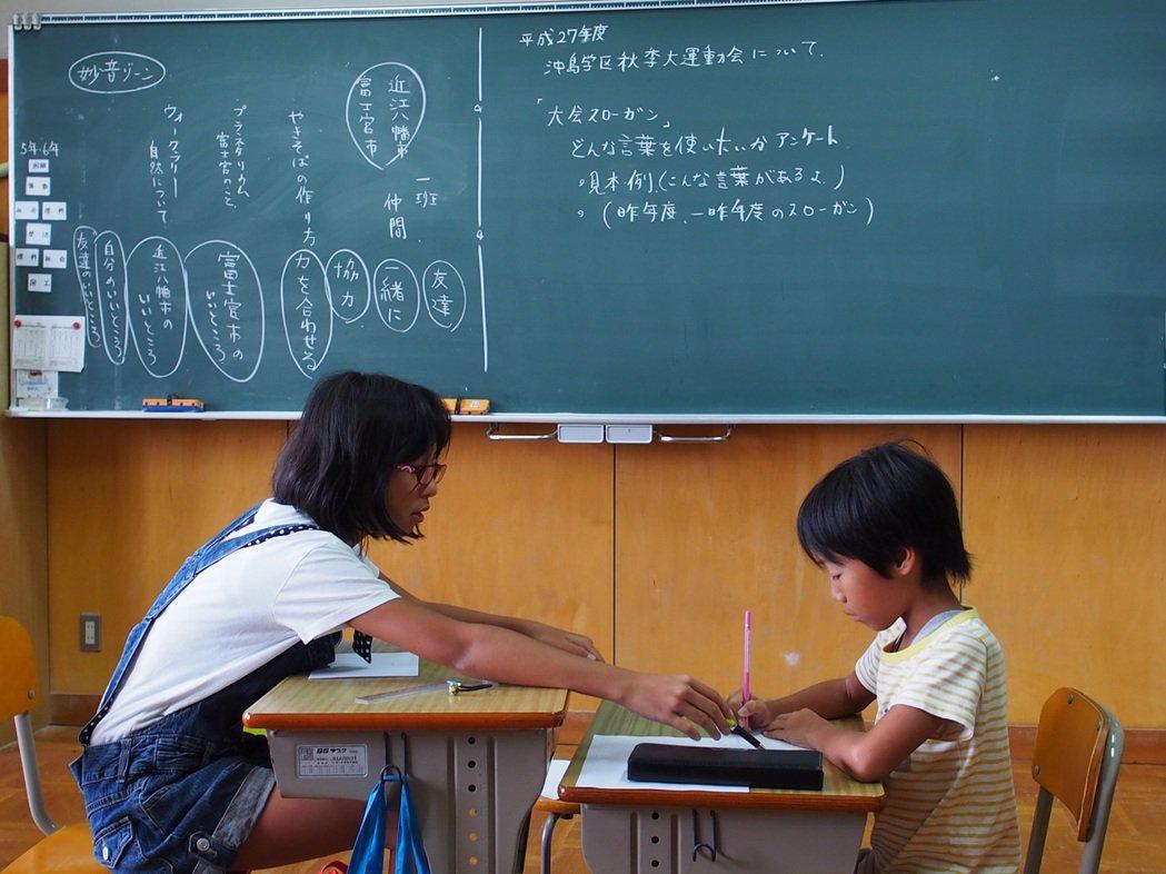 日本偏鄉利用「複式學習」,採取混齡、併班,甚至合併年級的方式上課。沖島小學把五、...