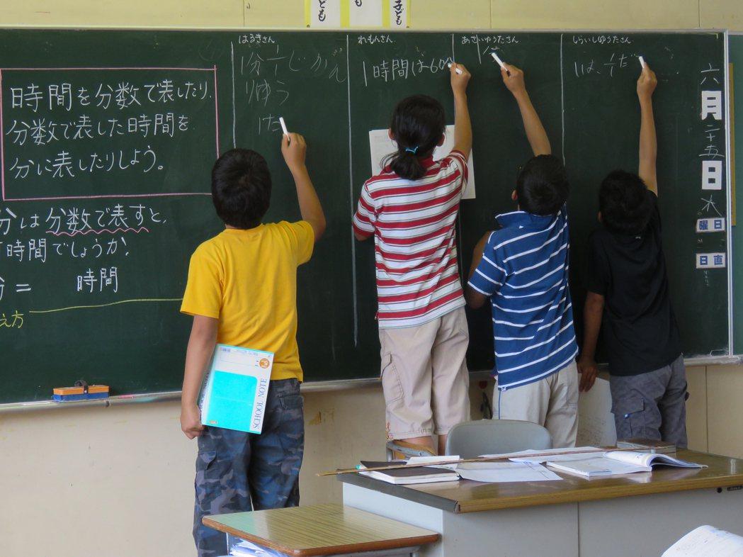因為全班只有四個人,粟島小學六年級數學課每個人都參與解題思考。記者雷光涵/攝影