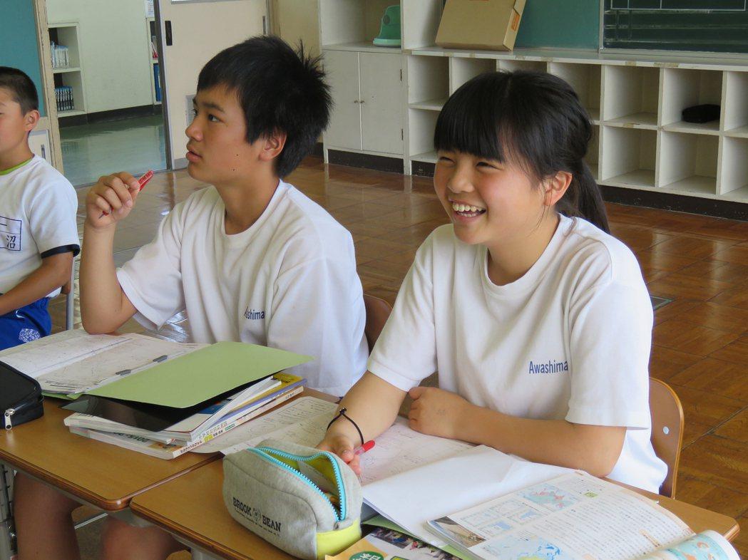 如果沒有留學生加入,玲菜(右)就是粟島中學一年級的唯一學生。記者雷光涵/攝影
