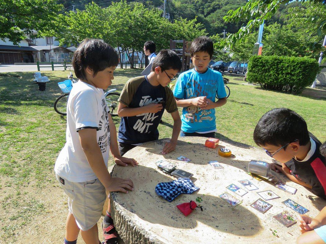 粟島小學生每天放學後,都來小公園玩一個下午。記者雷光涵/攝影