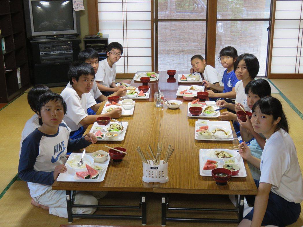 粟島「潮風留學」的十個學生同住一屋簷下,有苦有樂。記者雷光涵/攝影