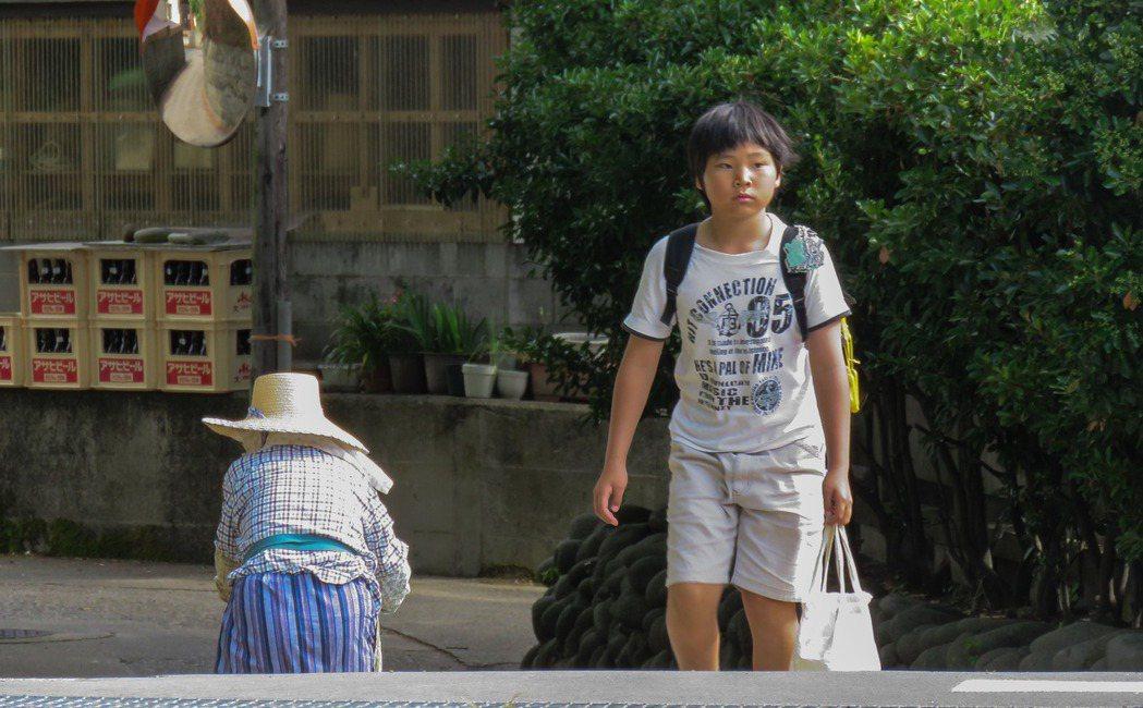 粟島人口外移問題嚴重,結構高齡化,有人推算二○四○年全村將只剩一百六十三人。東京...