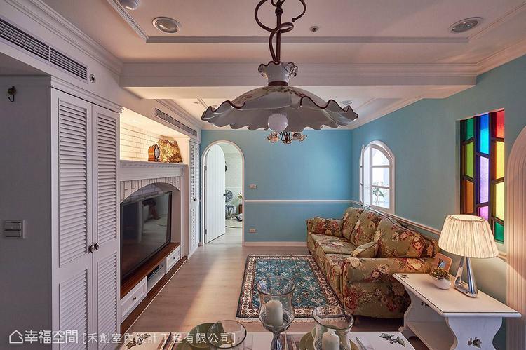 ▲藍白相間的舒爽色調與單品和諧搭配,都讓人擁有放鬆度假的休閒氛圍。