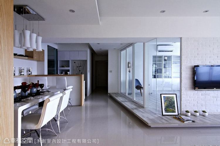 ▲與其說降低檯度,不如說是輕量化空間底層的重量,製造漂浮感的地面,能讓空間獲得充...