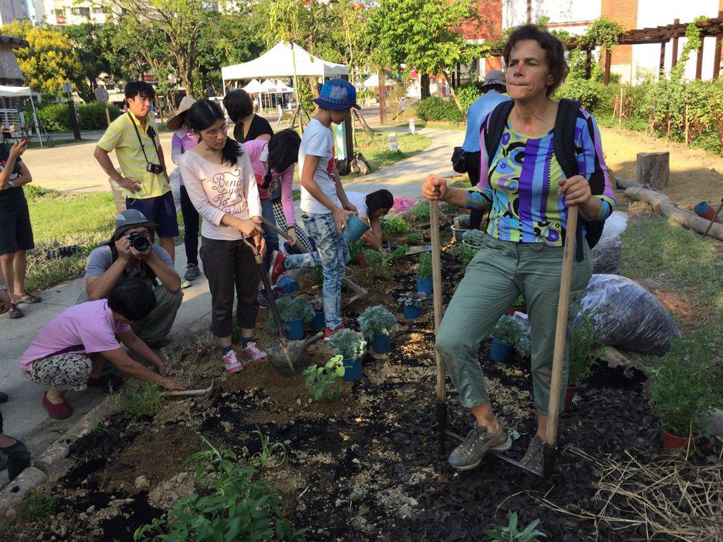 西雅圖必肯食物森林創辦人葛枚與台灣民眾一同耕耘城市田園。 攝影/章凱閎