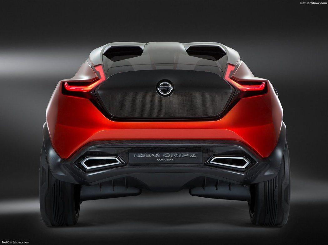 車尾採垂墜式設計,製造義式跑車Codatronca的視覺效果,而後保桿下方是一對梯形的排氣尾管。