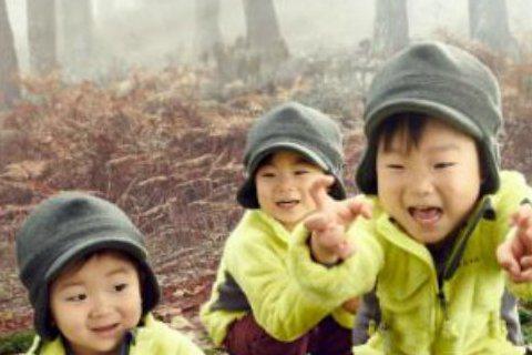 近日,宋一國的三胞胎兒子大韓、民國和萬歲為某兒童服裝品牌拍攝了一組全新寫真。該寫真中,三胞胎一臉開心的模樣,在樺樹林中跑來跳去,度過了一段愉快的時光。三胞胎目前正和父親宋一國一同出演KBS 2TV綜...