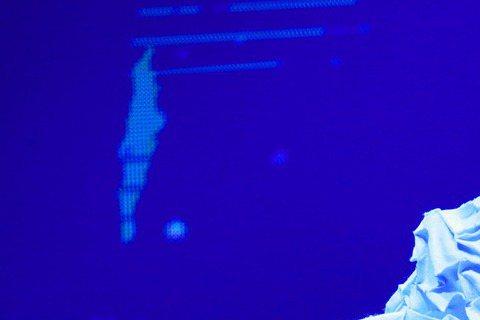Hebe田馥甄第10場「如果」演唱會,昨晚移師高雄巨蛋開唱,獨自演唱多場,Hebe從話少變話多,甚至開起娜姊的玩笑,「我們也有延伸台,但也不用3萬塊,大家知道我在說什麼嗎?我們物美價廉,不像瑪丹娜。...