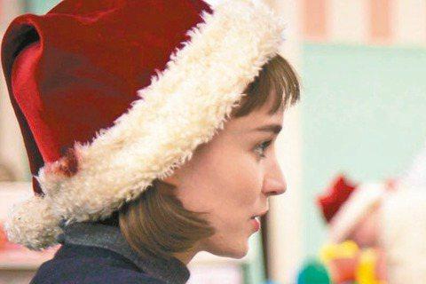 奧斯卡造勢熱季即將展開,各大電影公司評估手上強片,又有取巧、不公平的情況發生:今年榮獲坎城影后的「卡蘿」魯妮瑪拉極有可能被貶為女配角,片中和她大演感情戲的凱特布蘭琪才會是被主打的女主角。在「卡蘿」中...