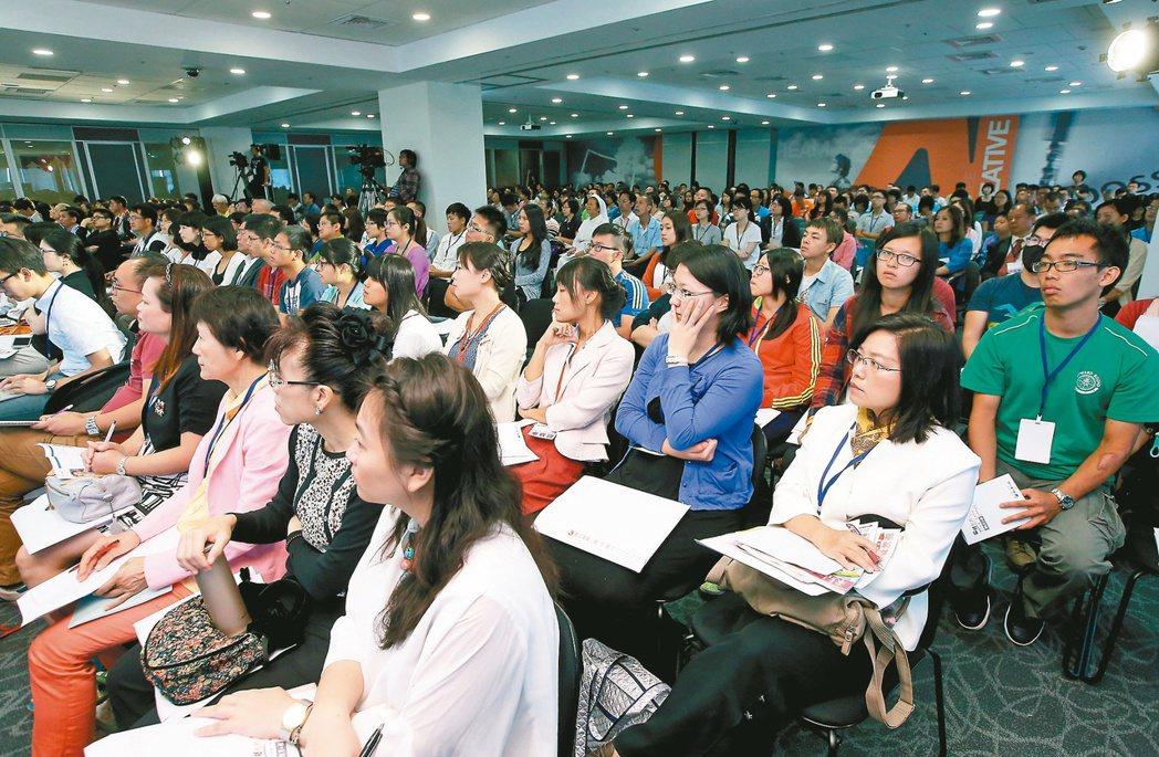 聯合報系主辦的偏鄉教育行動論壇昨天在台北文創大樓舉行,許多民眾到場一同關心教育問...