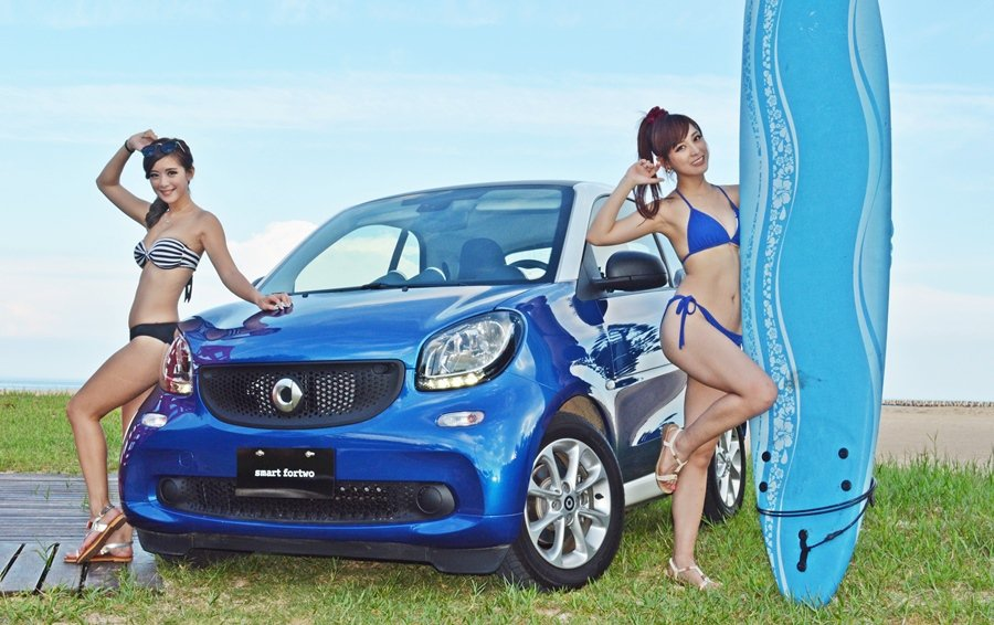 台灣賓士還請來兩位車模清涼來詮釋Smart Fortwo的歡樂特質。 記者趙惠群/攝影