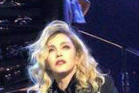 17日國外女星瑪丹娜於紐約麥迪遜花園廣場舉辦「Rebel Heart」演唱會,其前夫奧斯卡影帝西恩潘被人拍到在台下搖滾區當觀眾,當瑪丹娜唱到兩人結婚時期的歌曲「True Blue」時,西恩潘的臉上還...