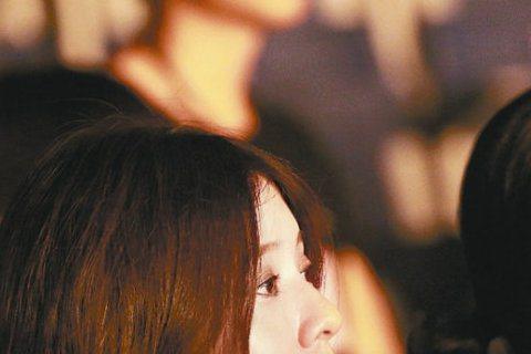 林宥嘉(Yoga)退伍後,首場演出獻給師姐Hebe田馥甄「如果」高雄巨蛋演唱會,女友丁文琪(KiKi)以行動力挺,特別南下支持男友,似乎呼應之前林宥嘉鬆口「遇到對的人,要珍惜」一說,丁文琪不再避諱,...