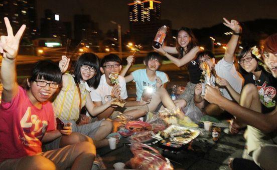 中秋假期,北部民眾在河濱公園的空地處烤肉。聯合報系。