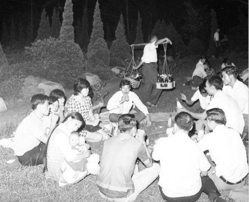 1971年的中秋節,一群民眾在露營地露營時順便烤肉。圖/聯合報系。