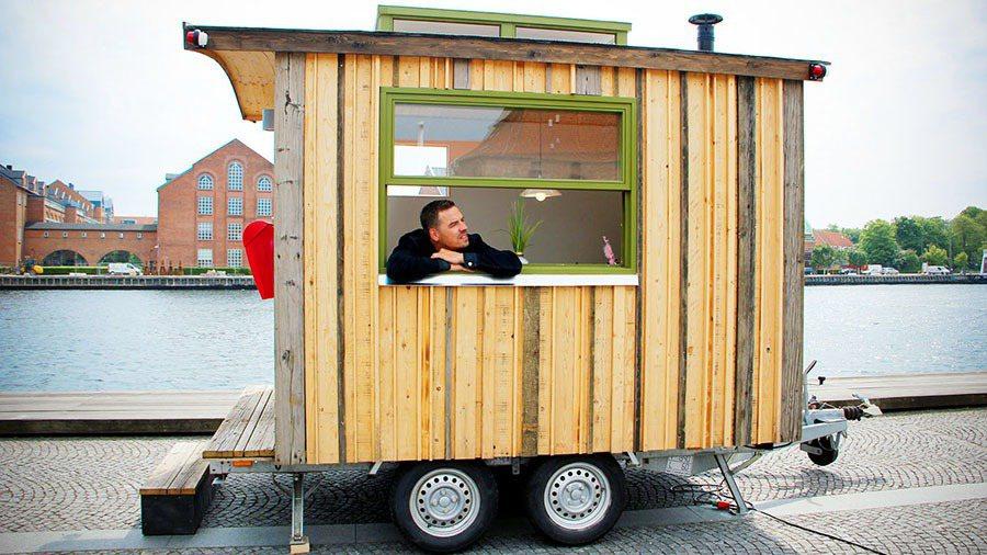 被歸類為拖車的四輪行動辦公室,可利用一般轎車來拖行。 摘自tinyoffice.dk