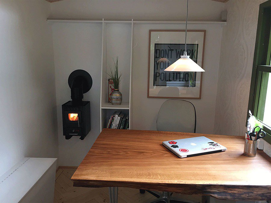 燒木的小火爐除了充滿設計感之外,還能讓室內保暖。 摘自tinyoffice.dk