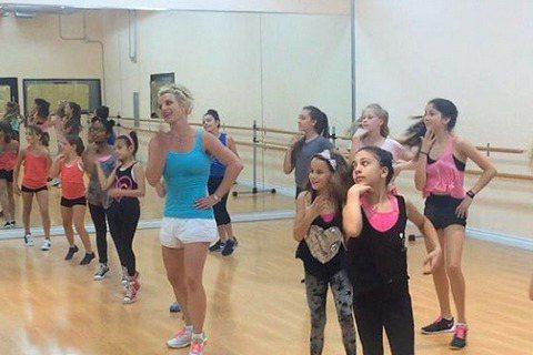 「小甜甜」布蘭妮盛名不復以往,更有段時間常因負面形象登上新聞版面,不過這次讓布蘭妮登版面的新聞可是超健康又溫馨的,那就是布蘭妮和一群小朋友一起跳舞。布蘭妮日前到一間舞蹈教室教小朋友跳舞,做著一些比較...