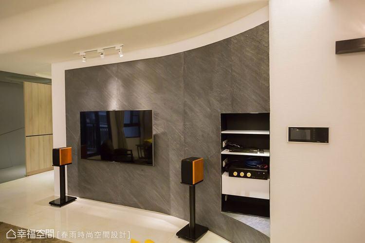 ▲電視牆用石材造型立面,延伸圓弧線條修飾結構柱體,而圓弧凹處的內部深度,則可作為...