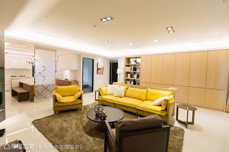 ▲在工作桌後方,規劃大量櫃體,增加空間收納量。