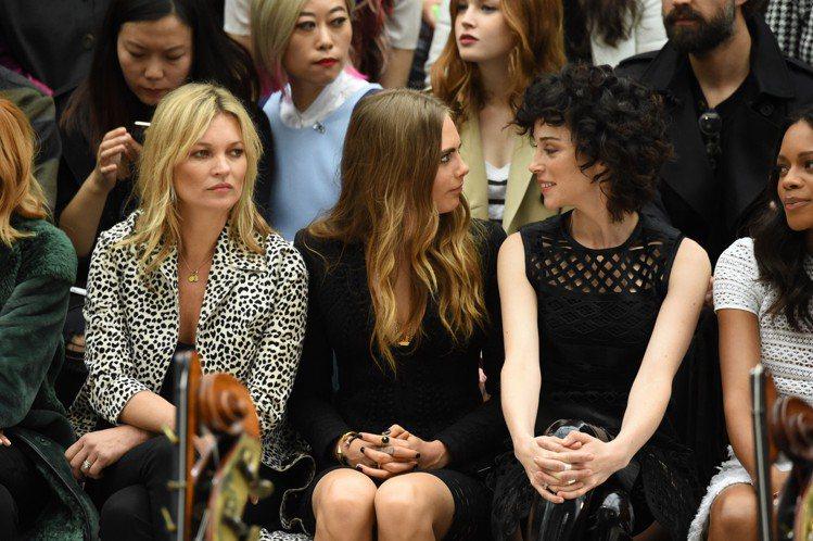 凱特摩絲坐在卡拉迪樂芬妮與女友旁。圖/擷自graziadaily.co.uk