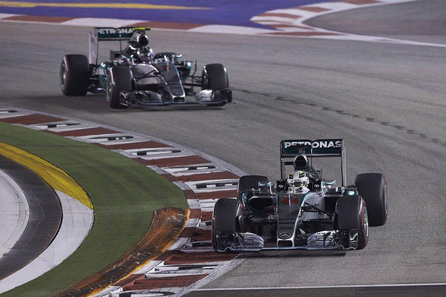 在新加坡賽事結束後Lewis Hamilton(前)以252分的積分與隊友Nic...