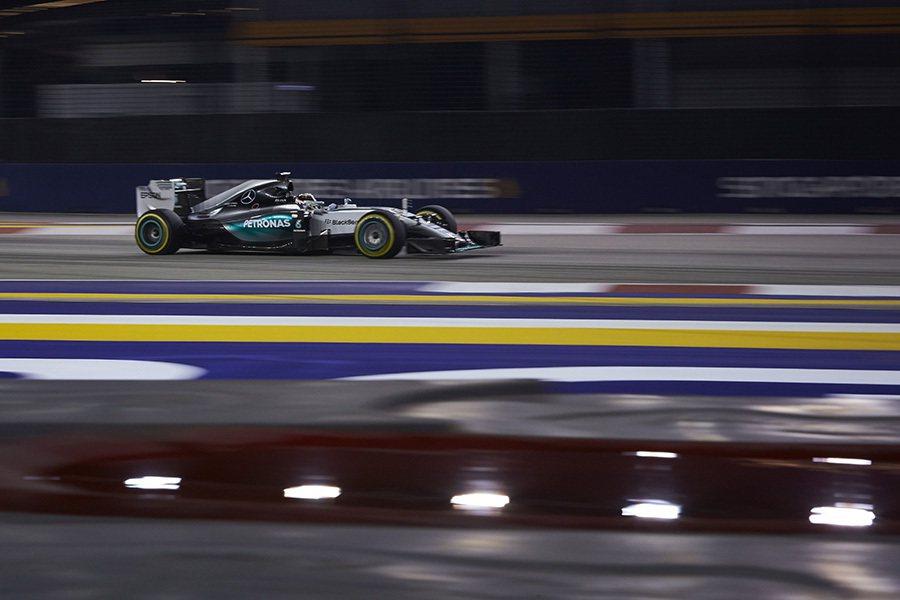 憑藉著車手穩定的操控技巧以及F1 W06 Hybrid賽車的速度實力,持續領先冠...