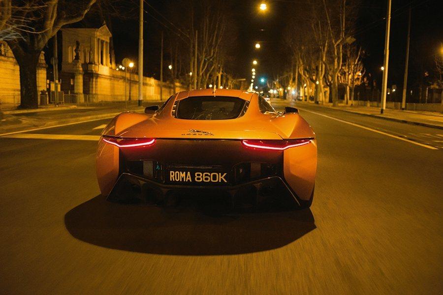 Mr. Hinx駕駛Jaguar C-X75概念車在羅馬華麗詭譎的夜色中,與James Bond駕駛的DB10在街頭展開激烈的飛車追逐。 Jaguar Land Rover提供