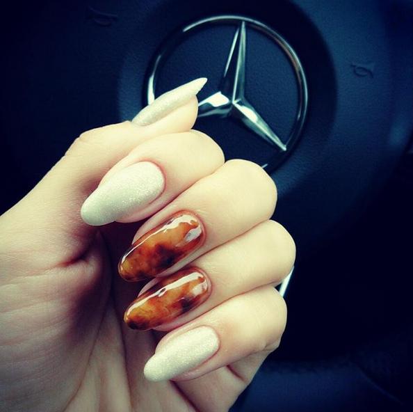 琥珀般的色澤暈染在指上,搭配銀白色亮粉。圖/擷自Instagram