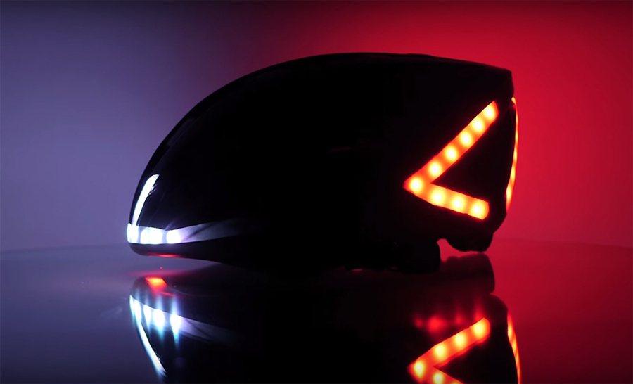帽子上的白、黃、紅 LED顯示燈將分別警告其他用路人,自行車騎士將接近、轉彎、或減速。 Lumos提供